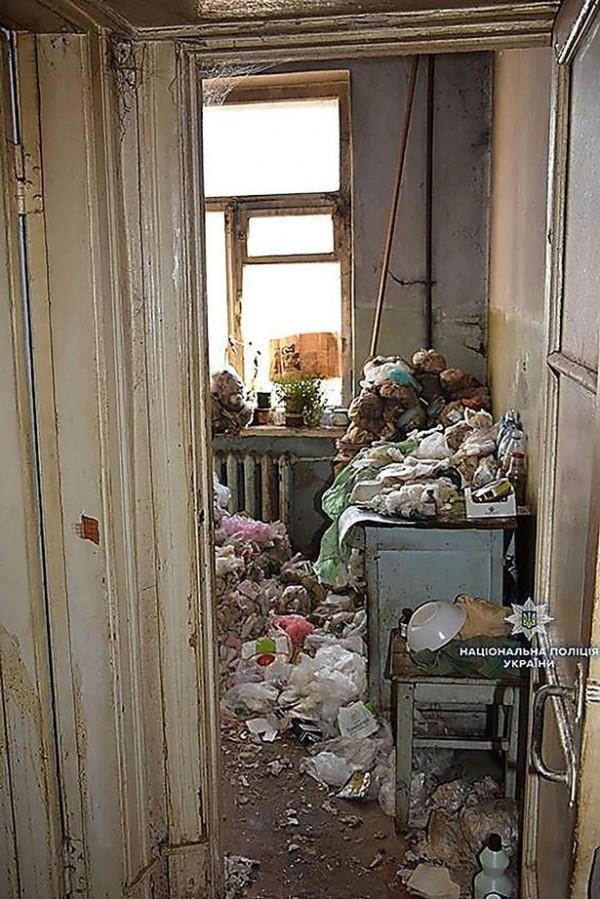 鄰居指出,女屋主年事已高,素日不與人來往,家中髒亂不堪。(圖擷自mirror)