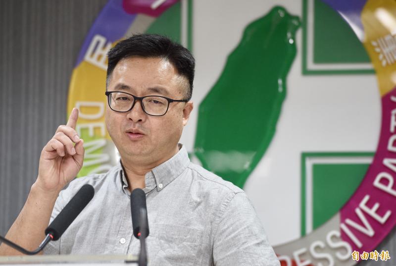 民進黨1日召開中常會,秘書長羅文嘉會後對媒體轉述會議內容。(記者羅沛德攝)