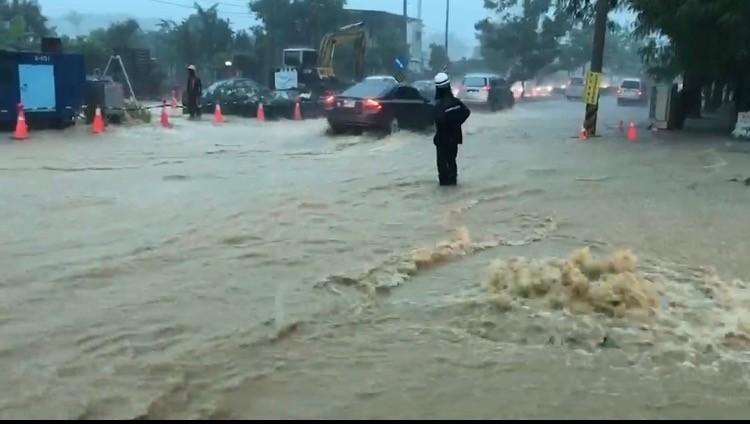 高雄市長韓國瑜自豪清淤成效,沒想到大雨過後打臉韓,高雄多處路段傳出淹水災情。(記者洪臣宏翻攝)