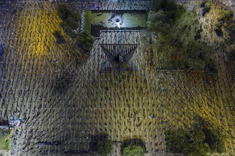 「黑旗」(Black Flag) - 2020年4月19日,由於武漢肺炎的相關禁令,數千名以色列人在拉賓廣場抗議總理納坦雅胡時保持社交距離。(Tomer Appelbaum/Drone Photo Awards 2020授權)