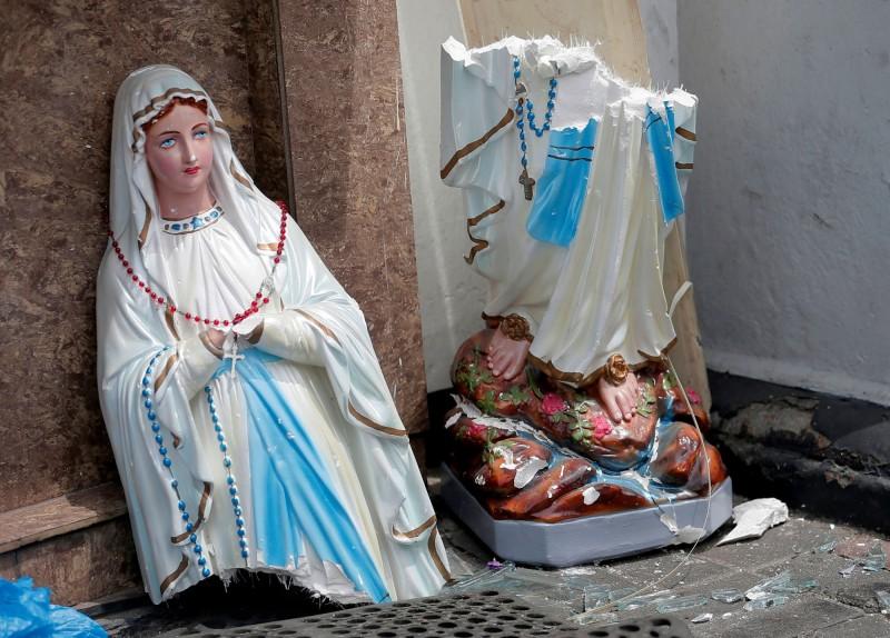 位於聖安東尼神殿內的聖母瑪利亞像遭爆炸衝擊斷成2截。(路透)