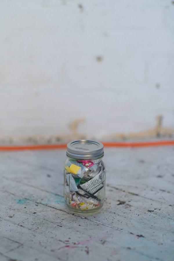 美國女孩辛格4年下來累積的垃圾量,連一小罐玻璃瓶都裝不滿。(圖擷取自臉書)