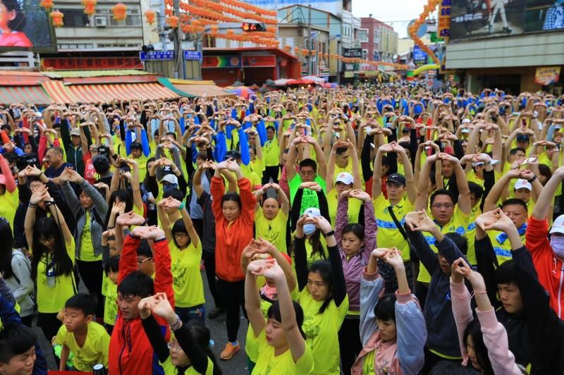 參加路跑活動的民眾跟著台上教練做暖身操。(鎮瀾宮提供)