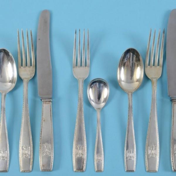 納粹德國領袖希特勒(Adolf Hitler)生前曾使用過的餐具,近日將在英國進行拍賣,預計可以賣得2300英鎊(約新台幣9.2萬元)。(圖翻攝自Charterhouse Auctioneers)