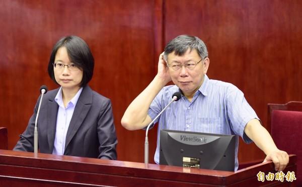 台北市長柯文哲(右)、北農總經理吳音寧(左)7日出席議會市政總質詢。(資料照)