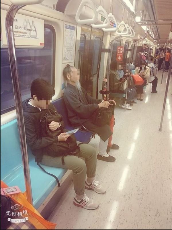 網友在《爆料公社》分享在捷運上遇到穿著特別的路人:仙人道長。(圖擷自《爆料公社》)