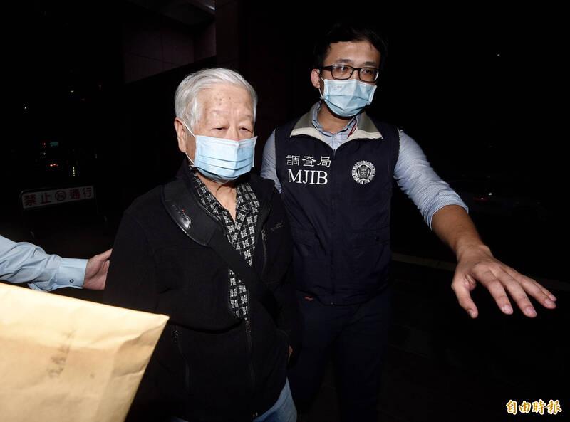 被質疑遭中方吸收或提供情報,軍情局退役少將岳志忠(見圖左)20日晚間被調查局國家安全維護工作站移送北檢複訊。(記者羅沛德攝)