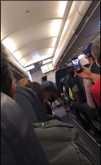 女子突然對乘客們露出屁股大跳電臀舞。(圖擷自ViralHog YouTube)