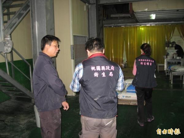 圖為縣府衛生局人員會同調查站人員前往環泰企業了解狀況。(資料照,記者謝武雄攝)