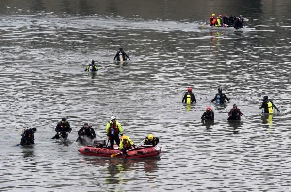 基隆河體感溫度最冷一度下探至2度,參與水中救援的警消向北市長柯文哲求救,表示需要乾式防寒衣。(記者簡榮豐攝)