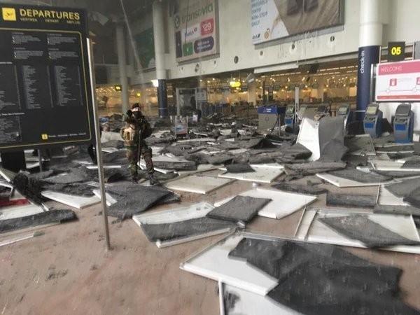 機場大廳天花板因爆炸掉落。(圖擷取自Twitter)