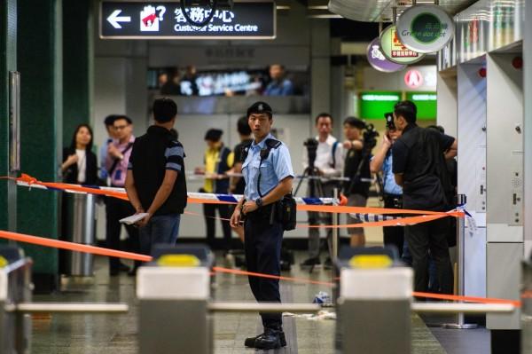 香港警方今(7)日早上7時40分許,在地鐵深水埗站攔查一名行蹤可疑的50歲男子,但男子不願配合,從胸前拿出一把15公分的刀子揮舞,遂遭女警開槍擊中腹部,送醫未脫險境。(法新社)