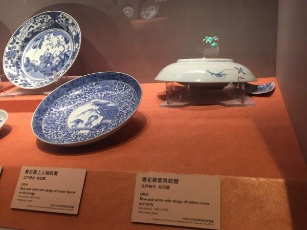 故宮南院陶瓷展廳的「青花柳葉鳥紋盤」於原位置盤體脫落。(故宮提供)