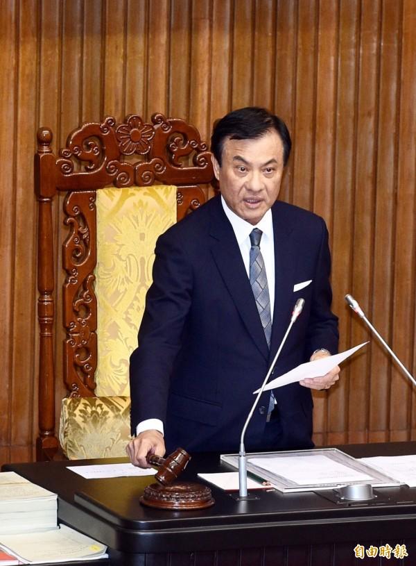 全民稅改方案18日完成三讀修法,立法院長蘇嘉全敲下議事槌,宣佈法案通過。(記者羅沛德攝)