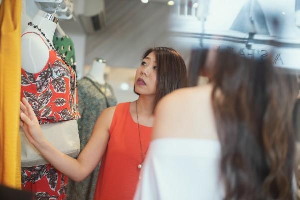 心理師提醒,購物可以改變情緒,但要避免經常買超過預算的東西,讓自己成為月光族;圖中人物與本文無關。(照片擷取自Unsplash網站)