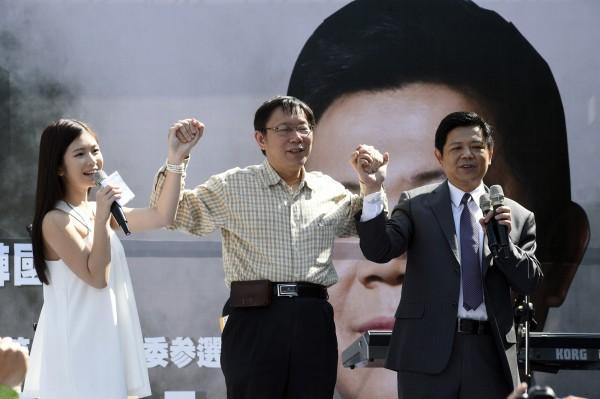 柯P出席潘建志的服務處成立記者會時,被拱和主持人雞排妹手牽手喊口號。(記者叢昌瑾攝)