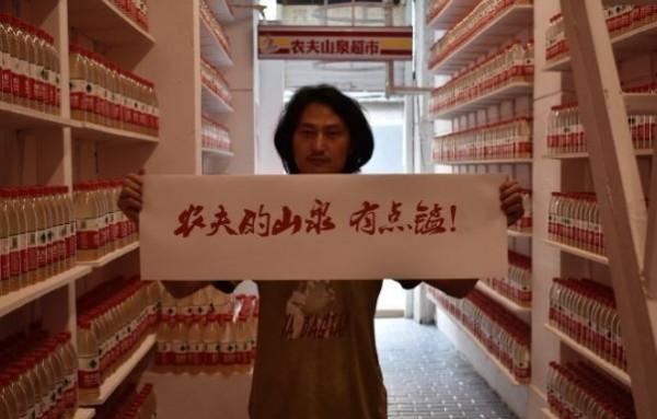 中國藝術家「堅果兄弟」展出1萬瓶汙染水源,孰料當局竟立刻關閉展覽並沒收水瓶。(圖擷自堅果兄弟微博)