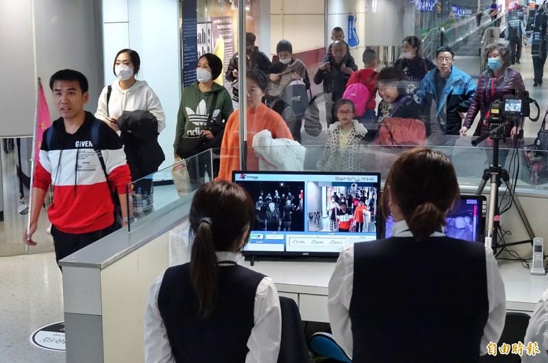 觀光局指出,經了解,中國武漢10團旅遊團基本上應該是不會來台灣。圖為發燒篩檢站全面監測旅客體溫。(資料照,記者劉信德攝)