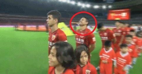 不過有網友認為,當時對手上海上港足球隊,也有一名來自巴西的外援卡多索(紅框處)也做出扭動脖子、嘻皮笑臉的不妥樣子;同樣是不尊重,卻只有塔德里被罰,質疑官方雙重標準。(圖擷取自微博)