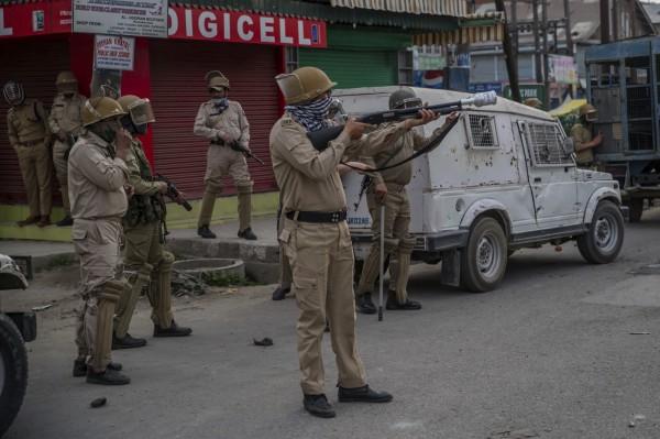 印度警方用催淚瓦斯瞄準抗爭群眾。(美聯社)