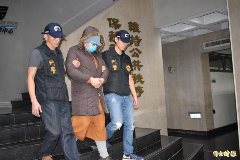 開泓法師去年11月(中)被警方逮捕移送偵辦。(資料照,記者張瑞楨攝)
