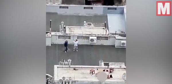 阿根廷一對情侶在公寓頂樓「親密的嘿嘿嘿」,全被周圍大樓的鄰居看到,還被錄了下來,2人毫不害臊,完事後,男子甚至還向拍攝者鞠躬表達謝幕。(翻攝自鏡報)