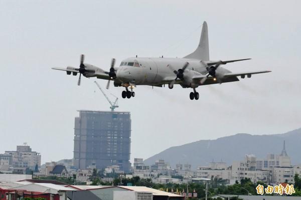 P-3C飛返空軍花蓮基地,因機體較大,被建築物襯托的相當明顯。(記者游太郎攝)