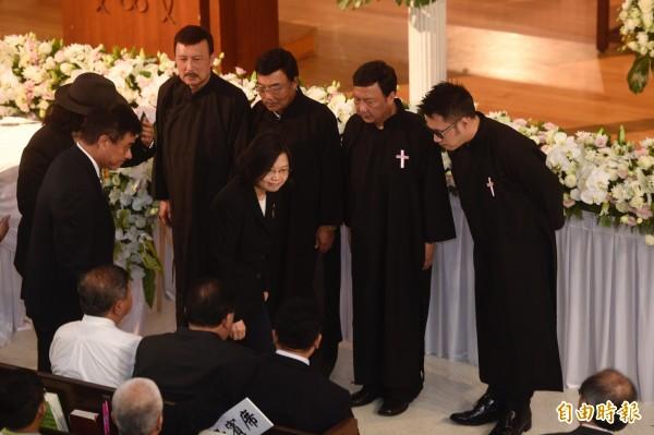 余天父親余志華4日在台北懷恩堂舉行追思禮拜,包括總統蔡英文在內的多位政界人士及藝文界人士皆到場弔唁。(記者叢昌瑾攝)