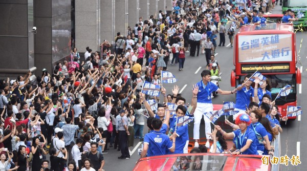 民眾夾道熱烈歡迎台灣英雄。(記者劉信德攝)