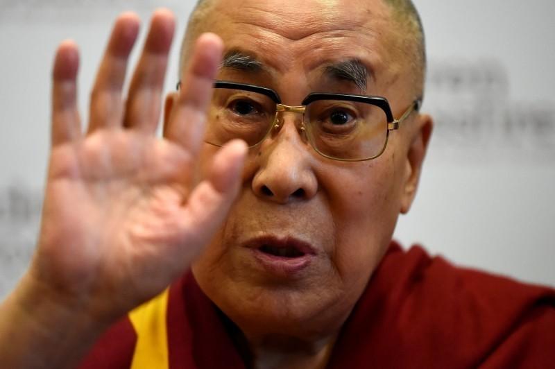 達賴喇嘛接受《美國之音》專訪。(路透)