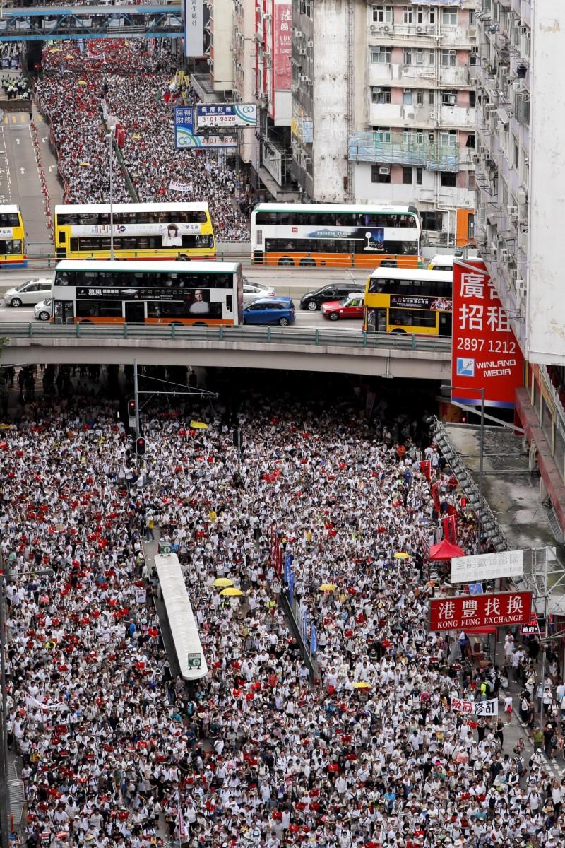香港「反送中惡法」遊行,主辦方初估參與者破百萬,香港警方則稱僅有30萬人。(美聯社)