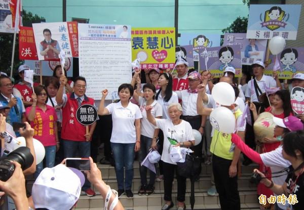 前立委楊麗環今在支持者簇擁下前往選委會,完成桃園市長參選登記。(記者謝武雄攝)