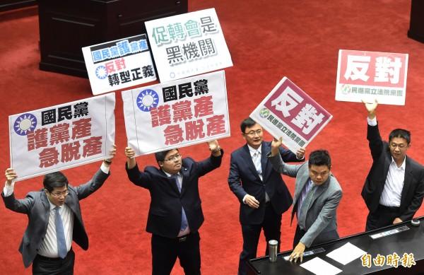 「促進轉型正義條例草案」今早在立法院民進黨團強勢動員下表決付委。(記者朱沛雄攝)