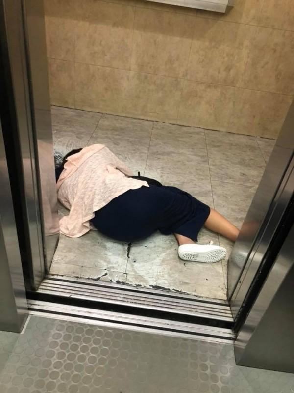 有民眾本月8日下班回到家後,竟在大樓電梯打開時驚見1名正妹臥倒在地上。(圖擷取自爆料公社)