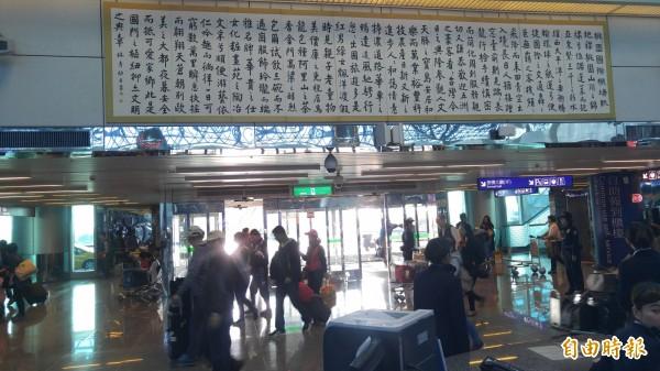 由書法家林彥助寫給桃園機場的機場賦的內容遭到名作家張大春的批判。(記者姚介修攝)