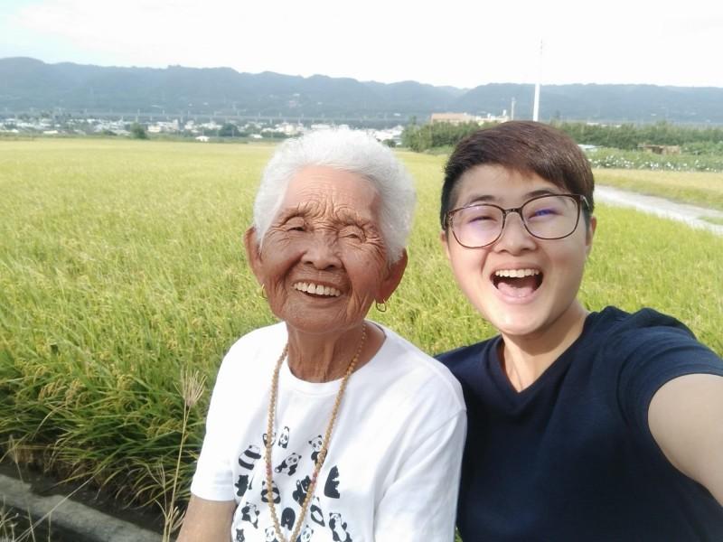 2017年4月起,「快樂嬤」在孫女劉瑩惟邀約下一起拍片,成為全球首位每天上傳影片的最老YouTuber。(圖取自「6YingWei快樂姊」臉書粉絲專頁)