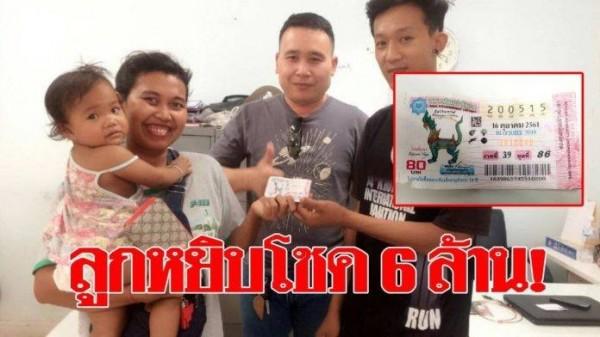 泰國一名小女孩緊抓彩券不放,媽媽不得已買下,意外中頭獎。(圖擷自臉書)