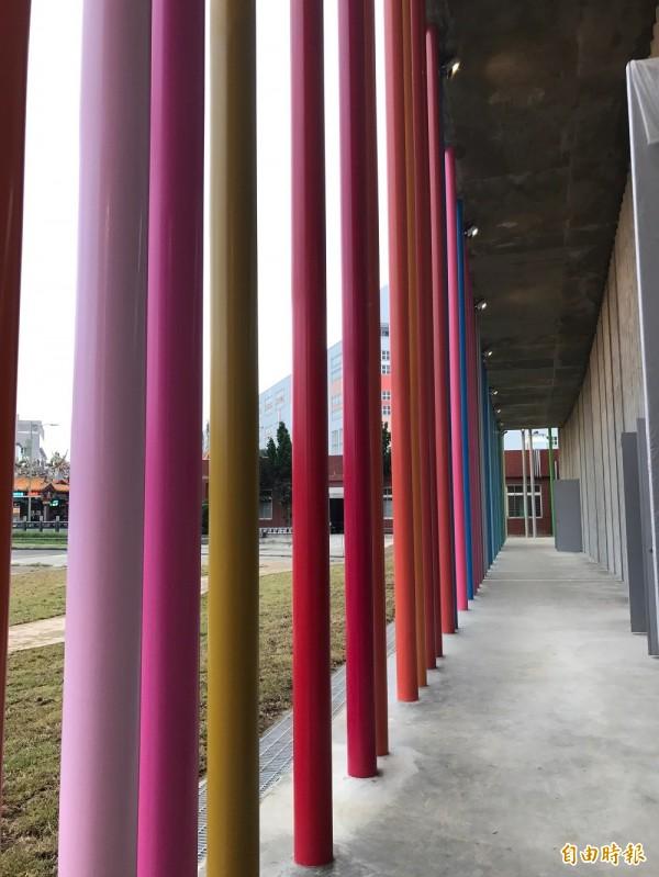 下福市民活動中心160根彩柱,設計概念取自一旁洪福宮廟宇「屋脊剪黏」色彩元素。(記者葉冠妤攝)