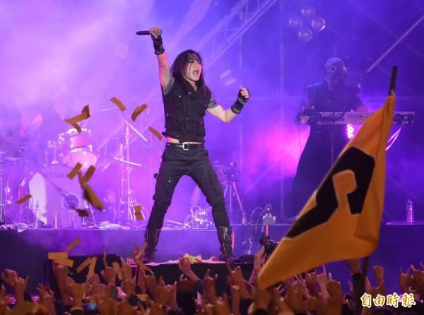 閃靈《鎮魂護國》演唱會昨天霸氣開唱,圖為主唱林昶佐。(記者胡舜翔攝)
