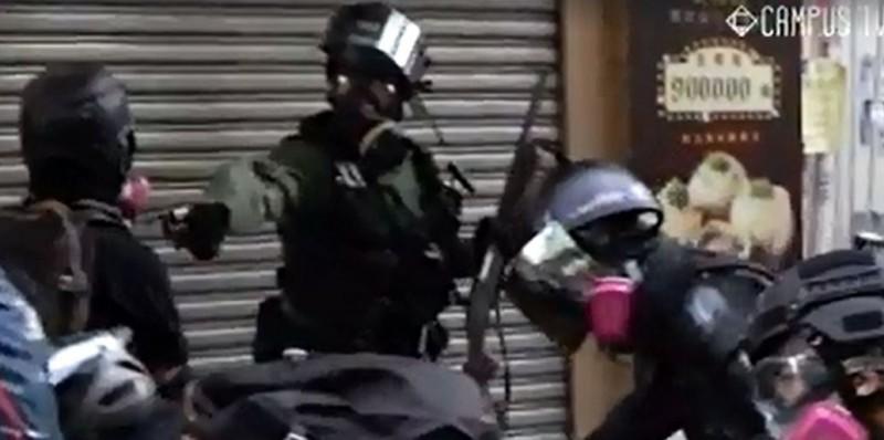 香港媒體指出,1日當天在荃灣開槍射中高中生左胸的蒙面員警(中)是當地警署警長曾家輝。(法新社)