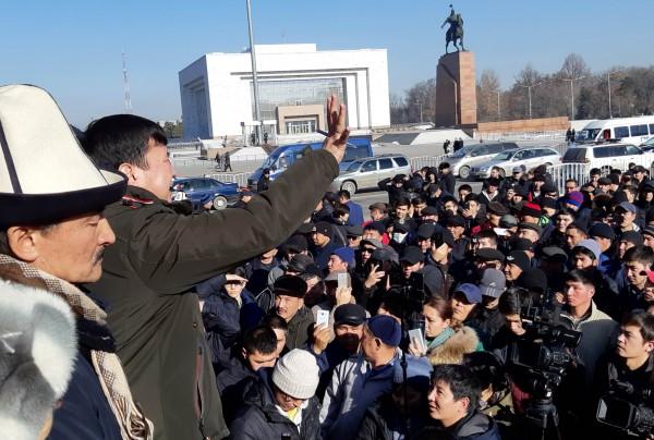不滿中國的抗議民眾聚集在首都中央廣場。(路透)