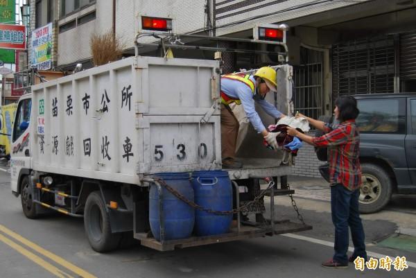 2014年起,每年全球生產的衣服已超過1000億件,同時被丟棄的衣物總量也跟著極速上升。據統計顯示,2015年平均每人丟棄約37公斤的紡織品垃圾。圖為示意圖。(資料照,記者張勳騰)