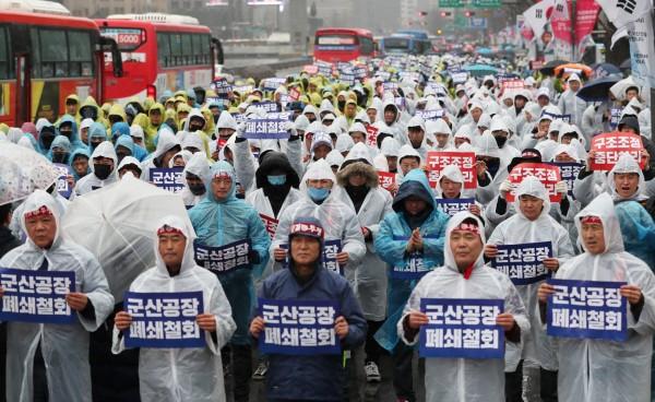 美國通用汽車公司南韓部門將進行大規模裁員,一口氣砍掉5000人,韓國通用員工上街抗議。(路透)