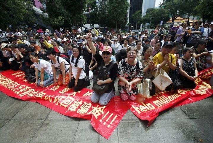 一群中國人在馬國街頭哭訴自己被詐騙。(圖翻攝自天天快報)