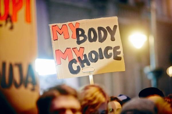 天主教國家巴拉圭1名年僅14歲少女日前遭到強姦而懷孕,卻因為嚴苛的反墮胎法律,不得不將腹中胎兒生下來,最後卻因生產時的併發症過世。圖為同為天主教國家的波蘭,昨日上街抗議政府將限縮墮胎法規。(路透)
