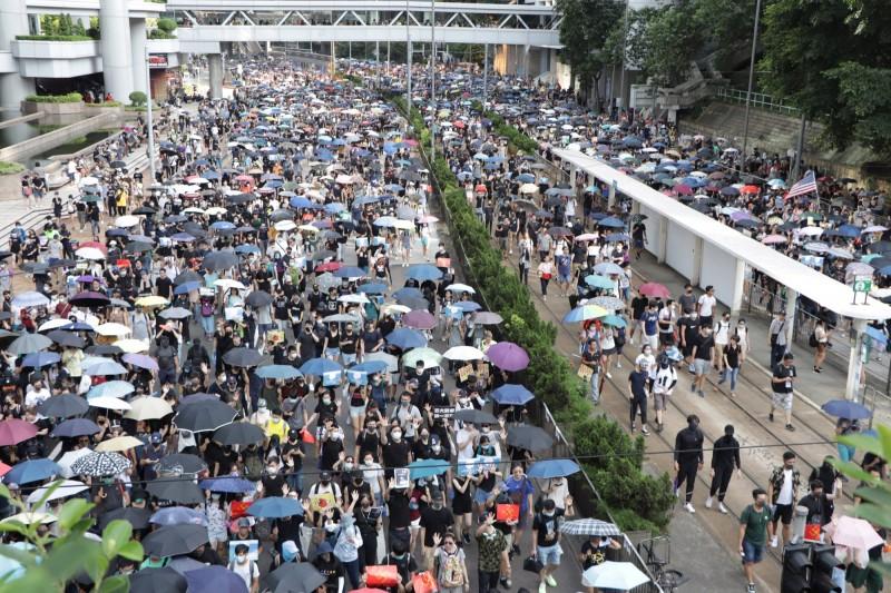 由香港泛民組織民陣發起的15日遊行未獲警方批准,但大批香港人仍自發響應再次上街參加反送中遊行。(中央社)