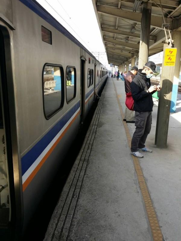 台鐵一一二三次電聯車司機,身體不適緊急在富岡站停車被送醫後,全車乘客下車轉乘接駁,過程都被民眾記錄下來。(翻攝網路)