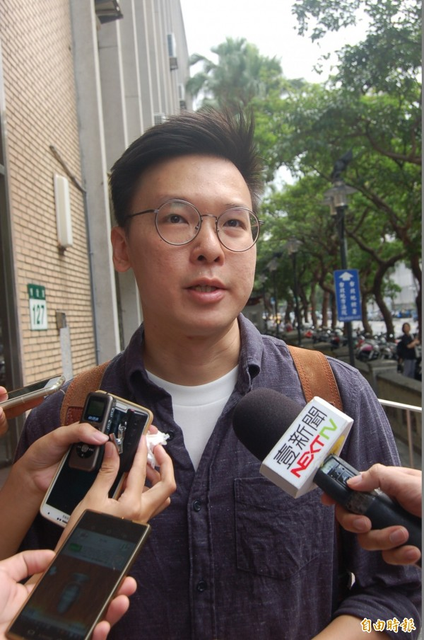 學運領袖林飛帆今到高院出庭,指檢方上訴為浪費同法資源。(記者楊國文攝)