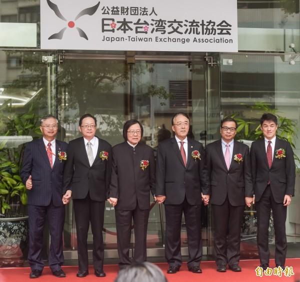 亞協正名「台灣日本關係協會」 傳最快520前宣布。圖為今年年初,日本駐台機構更名為「日本台灣交流協會」的揭牌儀式。 (資料照,記者黃耀徵攝)