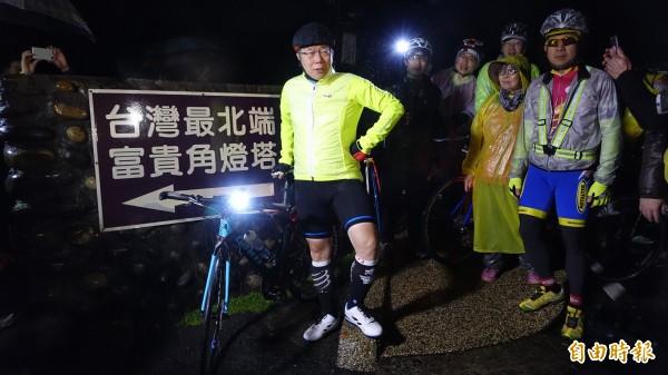 台北市長柯文哲挑戰27小時內完成單車一日雙塔,總里程達到520公里。今晨他於新北石門區富貴角燈塔出發,終點是屏東恆春鎮鵝鑾鼻燈塔。(記者劉信德攝)